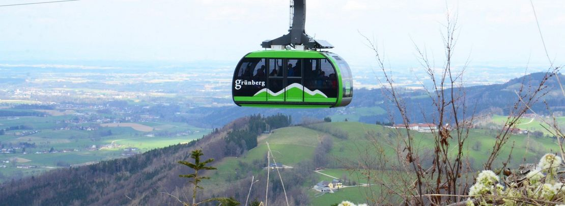 Grünberg cable car with a great view to Gmunden